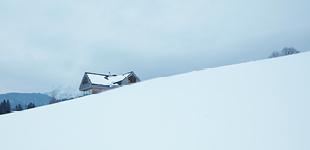 Haus zwischen den BergenHouse between the Mountains